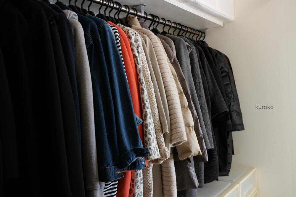 色別に並べて収納したコート類