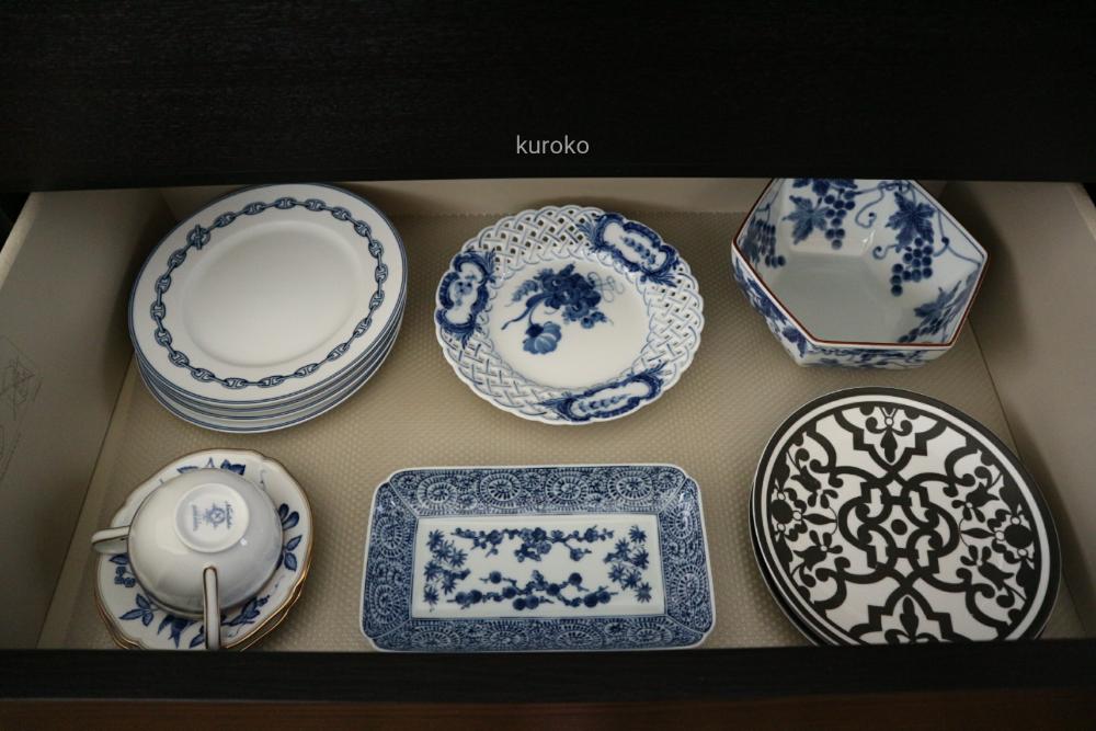 色別に収納した青白の食器