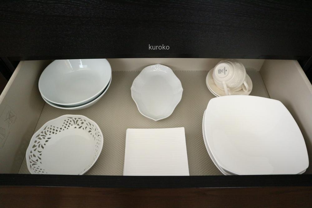 色別に収納した白い食器