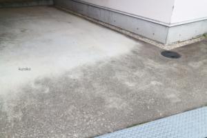 駐車場のコンクリートに付いた長年の汚れ