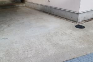 高圧洗浄機でキレイになった駐車場のコンクリート