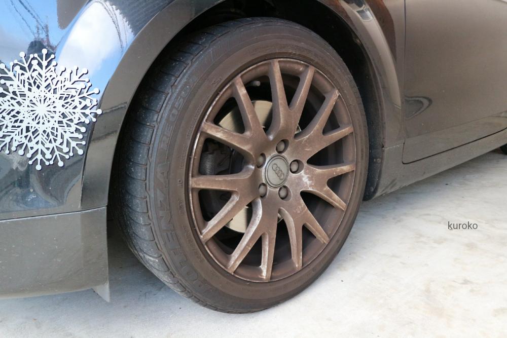 汚れた車のタイヤ