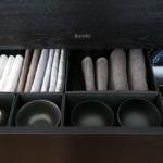 重ねたお茶碗が倒れない仕切り方とクロス類の収納方法
