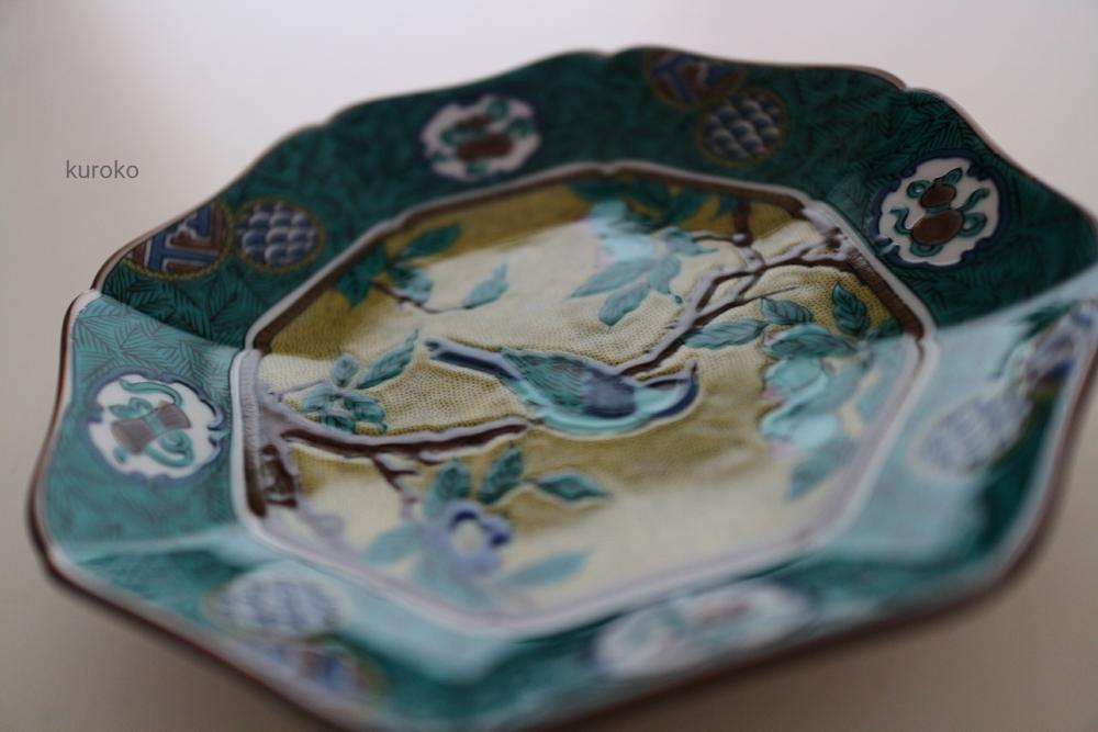 鳥や枝が浮き出たような美しい九谷焼のお皿