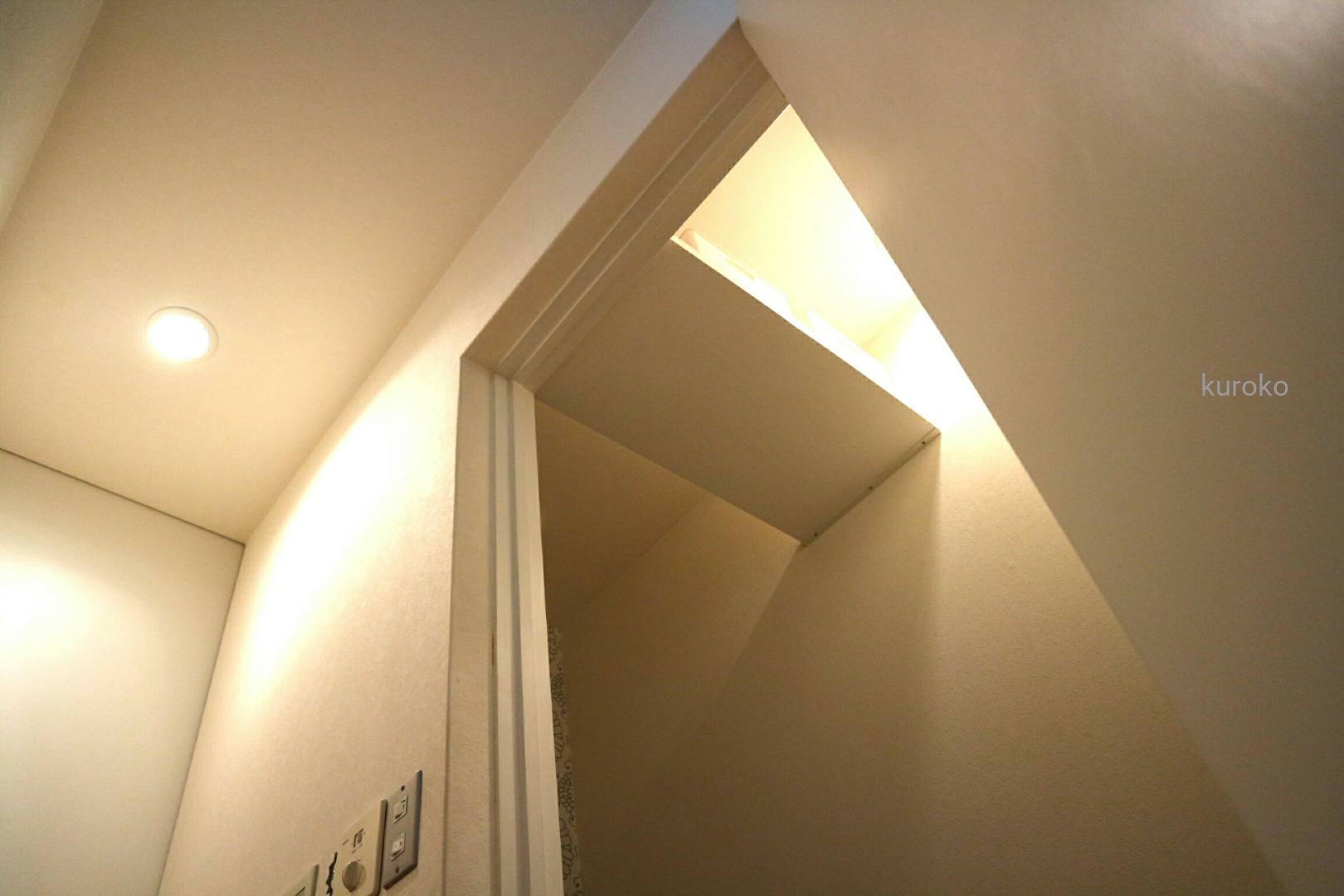 トイレの入り口頭上に棚を付けた収納