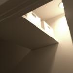狭いトイレの収納棚は一番邪魔にならない場所に取り付け