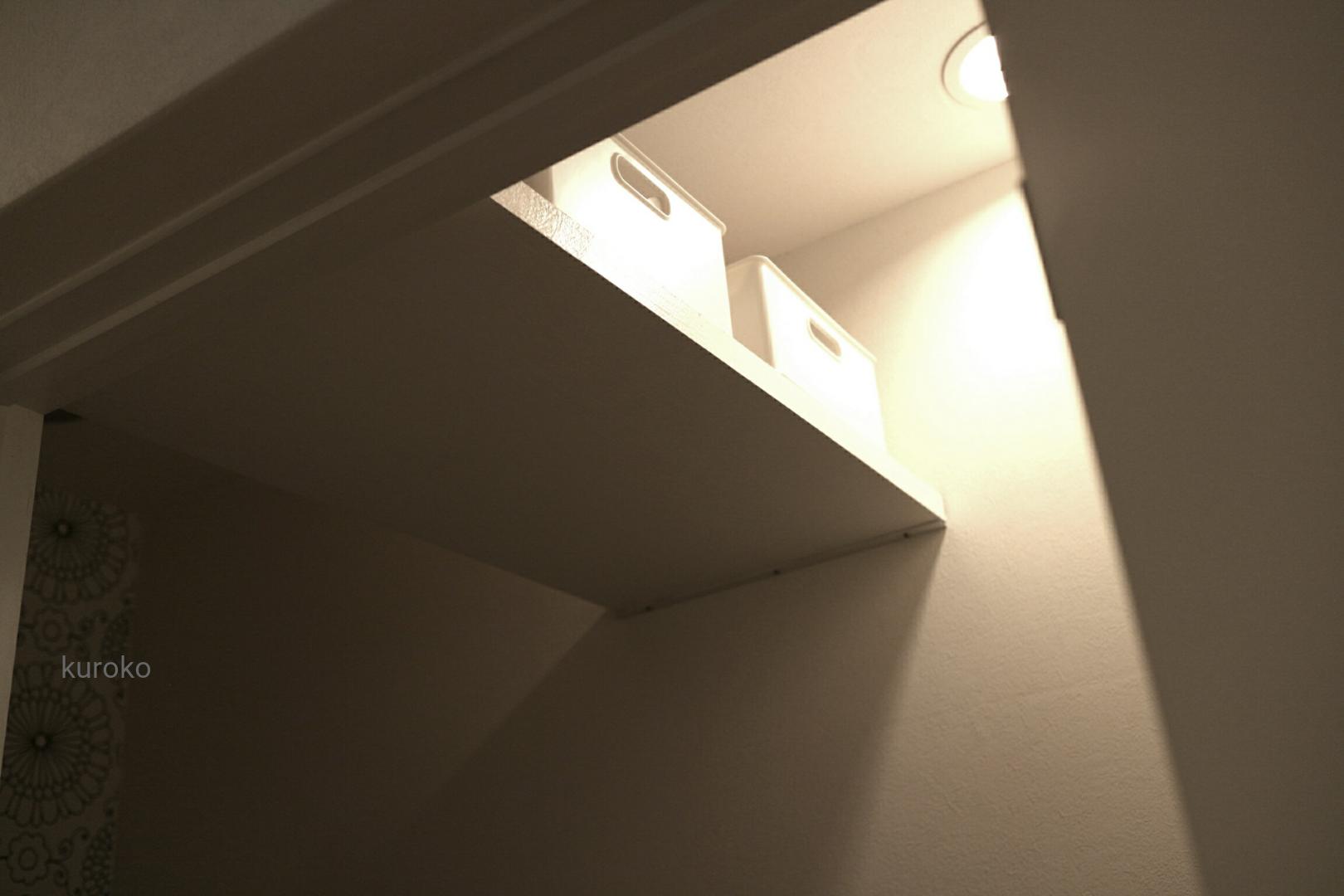 狭いトイレの収納棚の画像