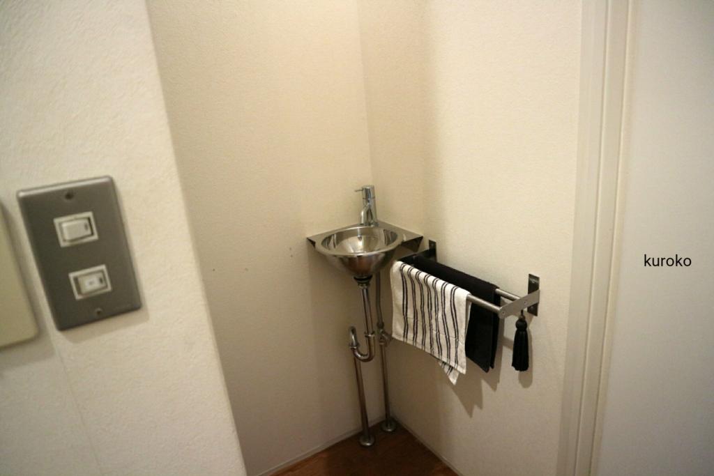 トイレの手前にある手洗い器の画像