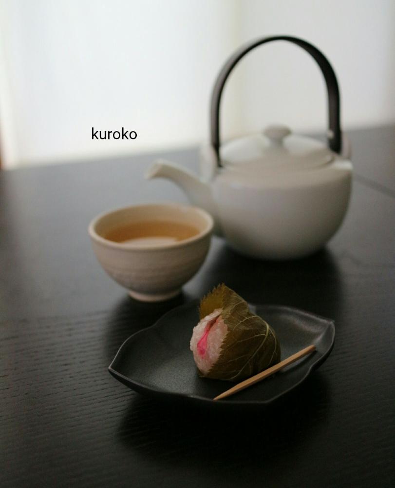 桜餅を乗せた有田焼KIHARAの器