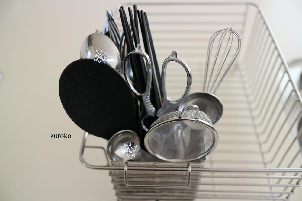 無印のステンレス箸立てに入れたカトラリーと料理用具