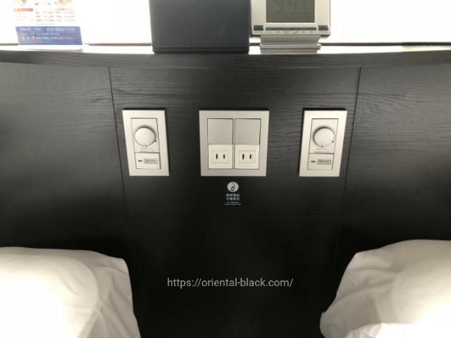 アパホテルのベッドサイドコンセント画像