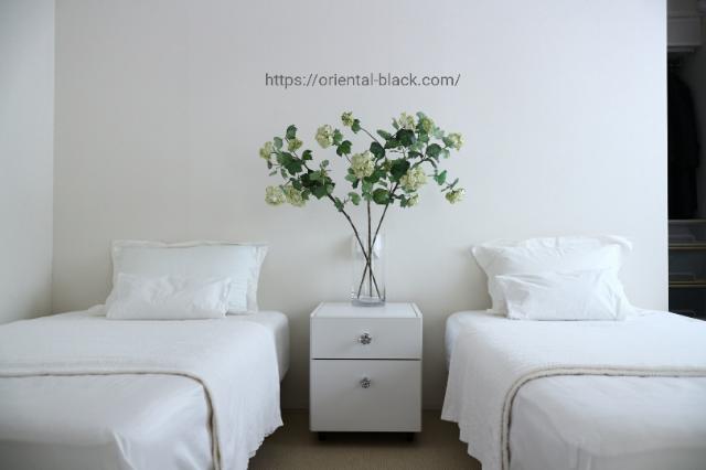 造花を飾ったシンプルな寝室の画像