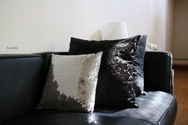 リビングのソファに置いたクッションの画像
