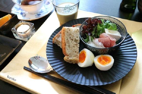 波佐見焼しのぎのお皿に盛りつけた朝食の画像