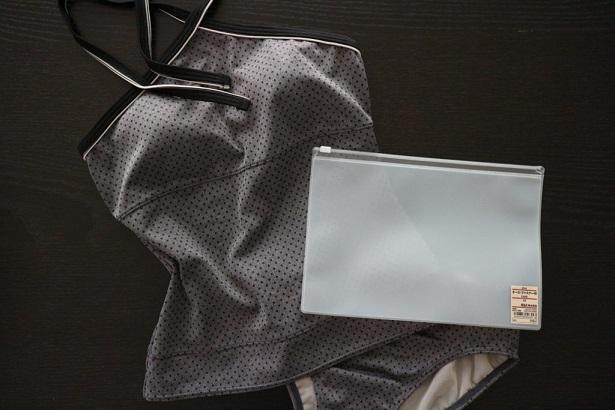 無印EVAケースと水着の画像