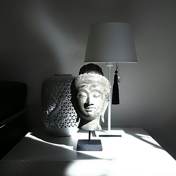 インテリアの主役の仏頭の画像