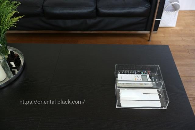 テーブルに置いたリモコンとティッシュの画像