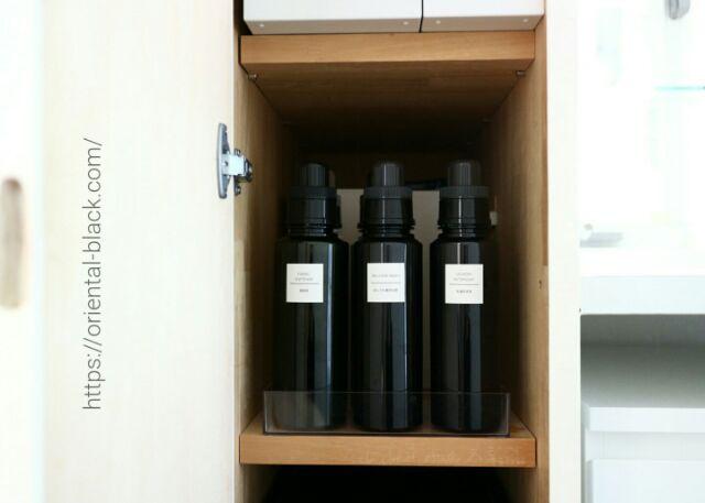 並べたシンプルな洗剤容器の画像