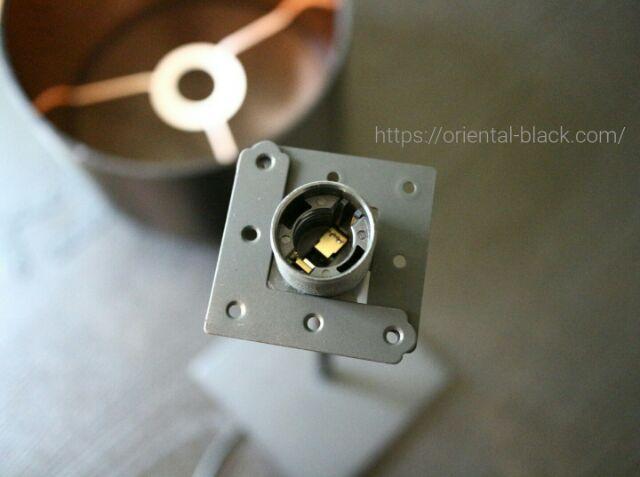 L型金具でライトとシェードを調整してる画像